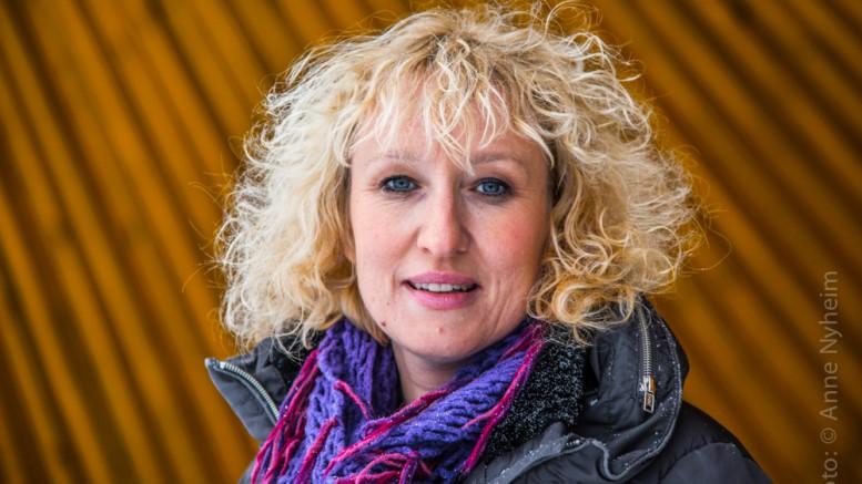 Profilbilde Runa Finborud , ordfører i Os i Østerdalen. Foran utescena på Hagenjordet i Os. Photo: copyright Anne Nyheim