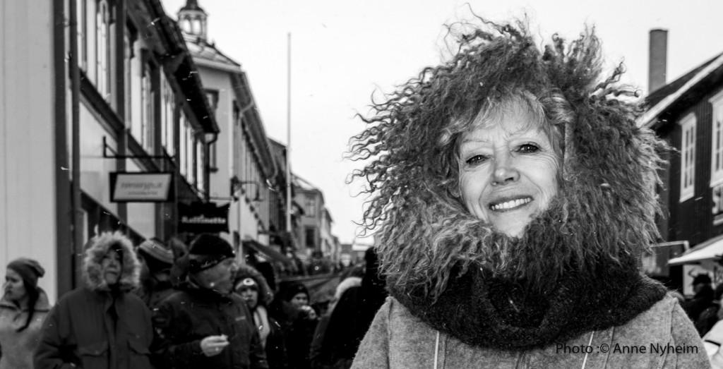 Vinterprinsesse på Rørosmartnan. Fairy tale princess at the winter market at Røros. Photo : copyright Anne Nyheim