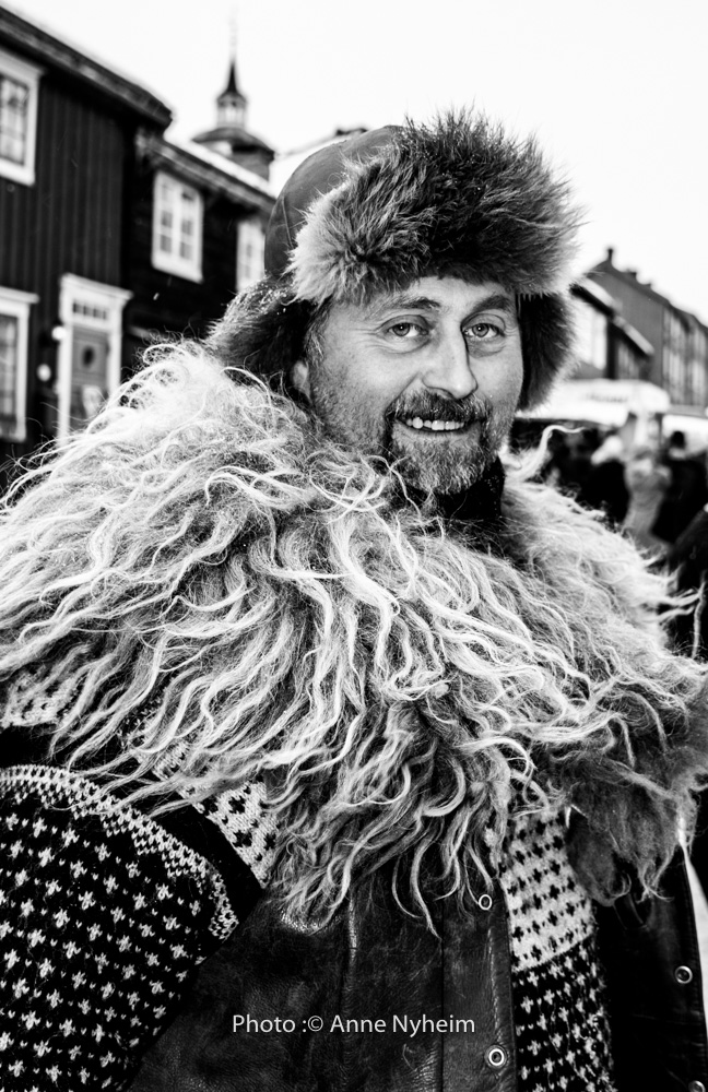 Rørosmartnan. Selling sheepskin and drinking horns at the winter market at Røros. Photo: copyright Anne Nyheim, mountainpeople.no
